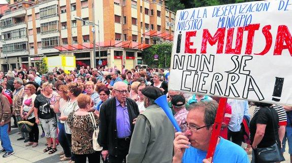 PROTESTA EN LA PLAZA DEL AYTO DE MIERES POR EL CIERRE DE LA EMPRESA MUNICIPAL ENMUTSA. AUTOR: J.M.PARDO